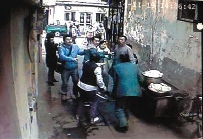 14时36分许,该男子等人对门卫夫妇进行殴打。监控截屏