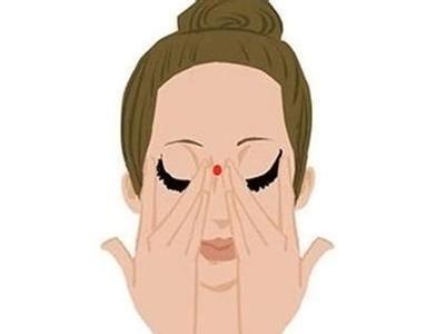 眼霜擦错了当心眼周长脂肪粒