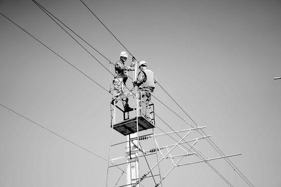 中铁六局电务公司员工正在进行专业施工。