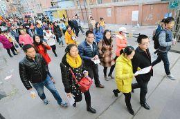 """11月30日,""""国考""""山西考区太原大学外语师范学院考点,考生正步入考场。 记者刘江摄"""