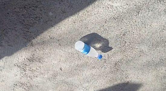 怪坡上矿泉水瓶实验