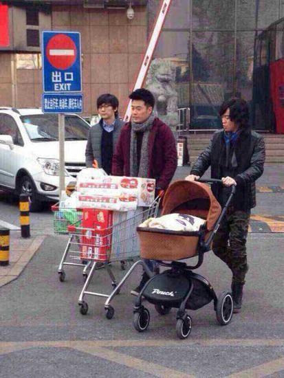 陈赫推着堆满婴儿用品的推车