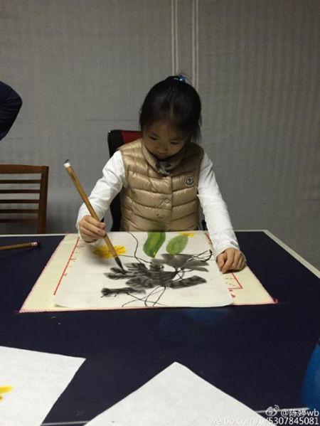 张艺谋女儿认真画画