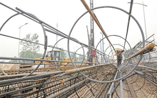 五月二十七日,市城区环城东路改造现场,施工人员正在加紧工作确保施工进度。本报记者 谢晋 摄