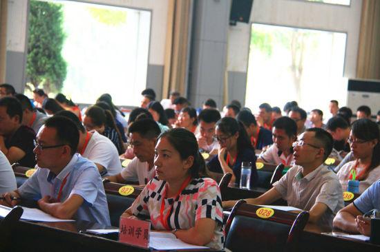 参加此次培训的大学生村官认真听取领导讲话