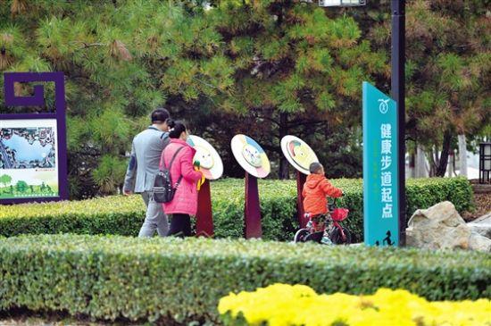 市民携家人共享健康步道 记者 杨洋 摄
