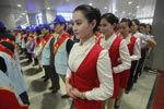 济南:春运美女志愿者浓妆艳抹露美腿