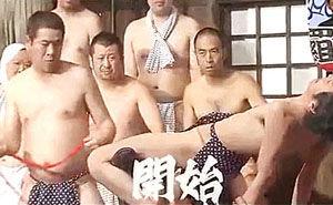 日本变态综艺 直升机式狂抽男子下体