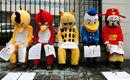 实拍农民工扮愤怒小鸟等形象北京街头讨薪